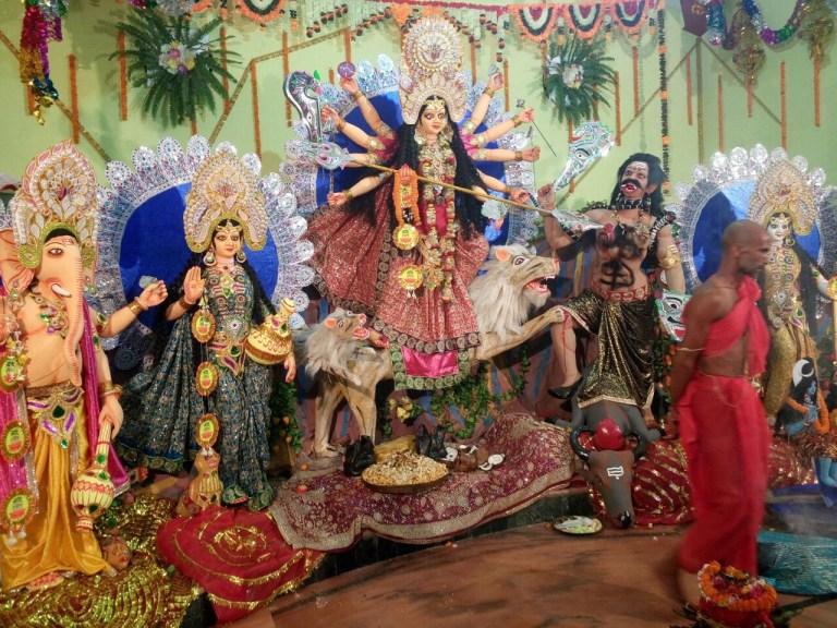 भगवान राम को गुंडा, देवी दुर्गा को वेश्या कहने वाले ज्ञानी लोगों से बचिए