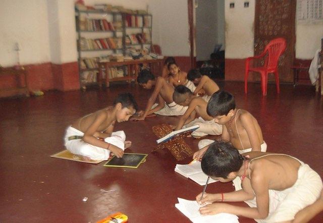 भारतम् – वैश्विक-शैक्षणिक-शिखरतः निरक्षरतायाः कन्दरायाम् – २